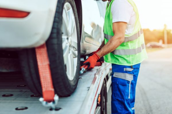 Knowing how to identify a professional tow truck operator so you can protect your wallet when your car breaks down